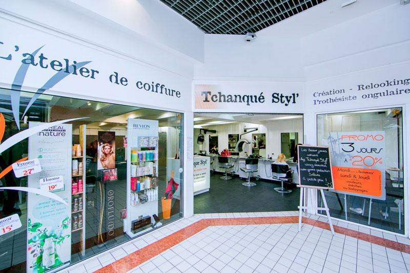 Vitrine du salon de coiffure Tchnaqué Styl' Gujan