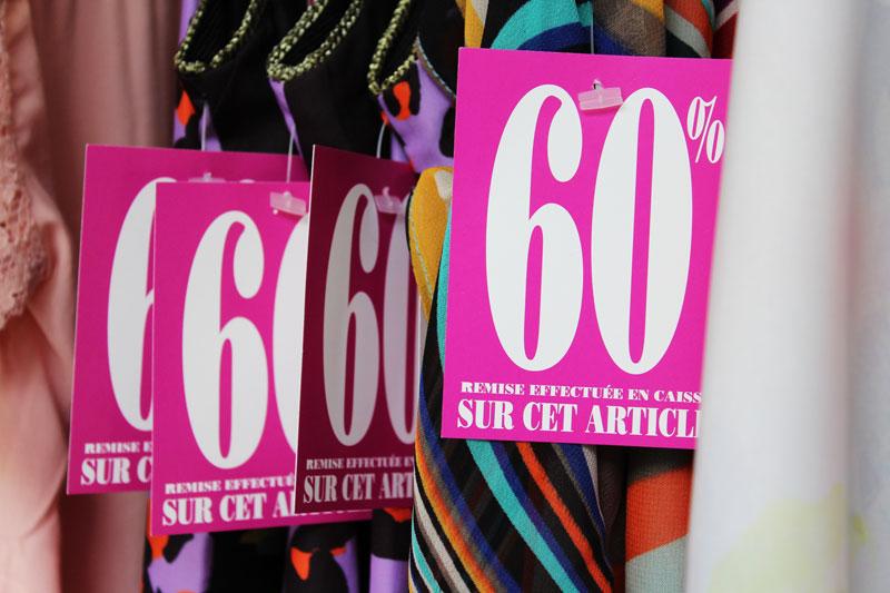 Des robes colorées étiquetées 60% en remise immédiate